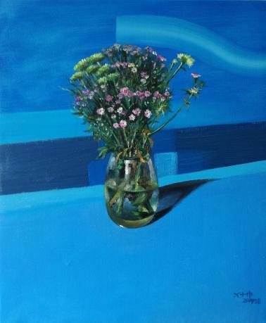 蓝色背景的小花